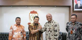 Pj Wali Kota Makassar Iqbal Suhaeb saat menyambut kedatangan Kepala Kanwil VI KPPU Makassar Hilman Pujana di Rumah Jabatan Wali Kota Makassar, Kamis (1/8/19). (BERITA.NEWS/Ratih Sardianti Rosi).