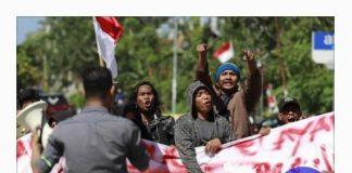 Pemuda dan masyarakat yang tergabung dalam Aliansi Peduli Nelayan (APN) menggelar aksi di depan kantor Bupati Kepulauan Selayar. (BERITA.NEWS).