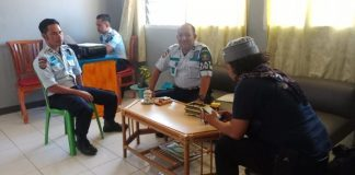 Kepala Keamanan Lapas Kelas II Takalar, Zaenal bersama staf Perawatan Klinik Tahanan Lapas Takalar, Syahrir. (BERITA.NEWS/Abdul Kadir).