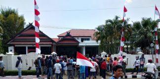 Aliansi Masyarakat Pemerhati Desa ( AMPD) Depan rumah jabatan Bupati Takalar. (BERITA.NEWS/Hasrullah).