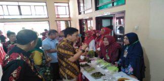 Wakil Bupati Bulukumba Baju Batik Corak Kuning Mencicipi Menu Makanan. (BERITA.NEWS/IL)