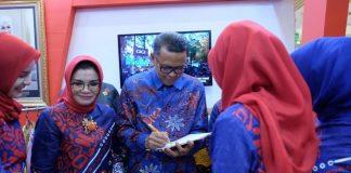 Gubernur Sulawesi Selatan, Nurdin Abdullah bersama Ketua Dekranasda Provinsi Sulawesi Selatan, Liestiaty F Nurdin saat mengunjungi stand Dekranasda Gowa. (BERITA.NEWS/ACP).