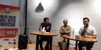 Moderator Radio SC FM, Kadispora Makassar Achmad Hendra Hakamuddin dan Ketua KNPI Makassar, Christopher Aviary saat menghadiri coffee morning di Cafe Iconik, Jalan Amanagappa, Selasa (13/8/2019). (BERITA.NEWS/Ratih Sardianti Rosi).