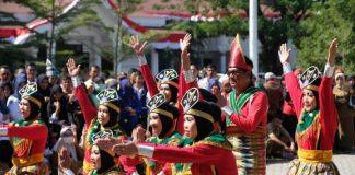 Penampilan dari Tim Dinas Kesehatan Kabupaten Gowa yang meraih juara pertama lomba Senam Pantai Losari.(BERITA.NEWS/ACP).