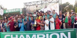 Wabup Tomy Satria Bersama Ashari F Radjamilo Kadis PMD Sulsel Dan Tim Sepak Bola Poto Bareng di Penutupan Liga Desa Nusantara 2019.