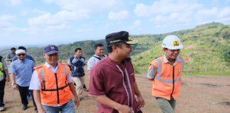 Wagub Sulsel Andi Sudirman saat tinjau jalan penghubung Pangkep- Bone. (BERITA.NEWS/KH).