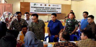 Wakil Bupati Takalar H Achmad Se're (Baju Biru) Bersama Panitia Pembebasan Lahan. (BERITA.NEWS/Hasrullah).