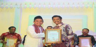 Founder & CEO Humas Indonesia Asmono Wikan (kiri) saat memberikan penghargaan kepada Kabag Humas Setda Kota Makassar Firman Hamid Pagarra (kanan) pada kompetisi AHI di Balai Kota Tangerang. (BERITA.NEWS/Ratih Sardianti Rosi).