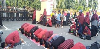 Puluhan mahasiswa PC IMM Bulukumba gelar salat Ashar berjamaah di depan kantor Bupati Bulukumba, sulawesi Selatan, Jumat (20/9/2019).