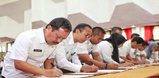 Sekda Kota Makassar Muh Ansar saat menandatangani berkas di Ruang Pola Kantor Gubernur Sulsel, Rabu (4/9/2019). (BERITA.NEWS/Ratih Sardianti Rosi).