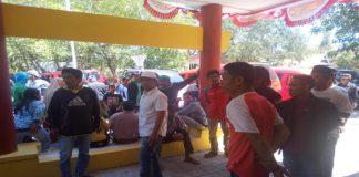 Ratusan masyarakat Desa Sapanang, Kecamatan Binamu, Kabupaten Jeneponto menggelar aksi damai di depan kantor Dinas Pemerintah Masyarakat Desa (PMD).