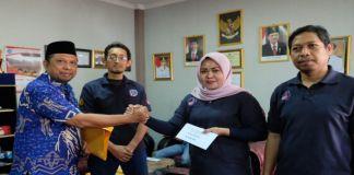 Kepala Dinas Pemuda dan Olahraga, Muh Fajaruddin menyerahkan uang pembinaan kepada perwakilan para Atlet Karate Kabupaten Gowa. (BERITA.NEWS/ACP).