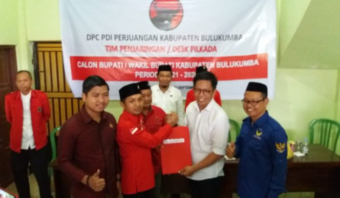 Tomy Satria Menyerahkan Berkas Bacalon Ke Penjaring PDIP Perjuangan. (BERITA.NEWS/IL).