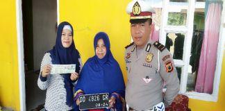 Kanit Regident Samsat Polres Jeneponto, IPDA Aldiansyah mengantar plat dan dokumen ke rumah warga. (BERITA.NEWS/Muh Ilham).