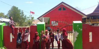 Siswa siswi terpaksa tidak mengikuti pelajaran karena sekolah yang ditumpangi ditutup. (BERITA.NEWS/Muh Ilham).