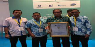 Dollah Mando menerima penghargaan dari IGI. (BERITA.NEWS/H Aru).