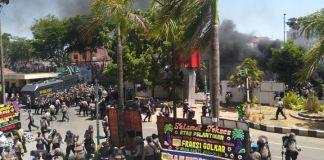 Pendemo dan Kepolisian Bentrok di Depan Kantor DPRD Sulsel. (BERITA.NEWS/Andi Khaerul).
