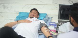 Bupati Gowa, Adnan Purichta Ichsan saat melakukan donor darah. (BERITA.NEWS/ACP).