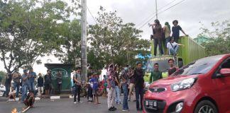 Demonstrasi Kejam Aksi Represif Aparat di Depan Kampus II UMI Makassar. (BERITA.NEWS/Andi Khaerul).