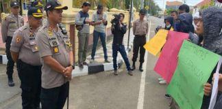 Kapolres Sinjai Sebpril Sesa temui Aliansi Jurnalis Sinjai yang lakukan aksi solidaritas. (BERITA.NEWS/Muhammad Aswin).