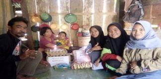 Siswa MA Kindang Serahkan Bantuan Sembako kepada Ibu Nunung di Kediamanya Di Desa Kindang. (BERITA.NEWS/IL).