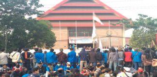 Demonstrasi Depan Kantor DPRD Sulsel. (BERITA.NEWS/Andi Khaerul).