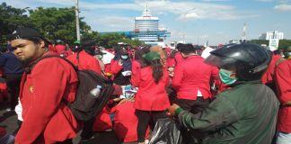 Efendi penjual masker di kerumunan demonstrasi mahasiswa Makassar. (BERITA.NEWS/Andi Khaerul).