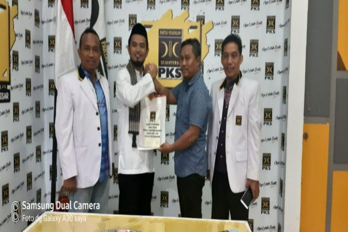 Mantan ajudan Aburizal Bakrie yang bakal menjadi calon kandidat Walikota Makassar Andi Bashar saat mengambil formulir di Kantor DPD PKS Makassar.