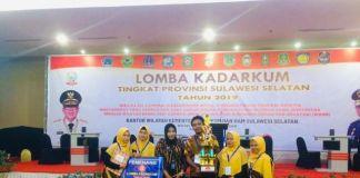 Kabag hukum pemkab Bantaeng, Muh. Rivai Nur mengangkat piala. (BERITA.NEWS/Saharuddin).
