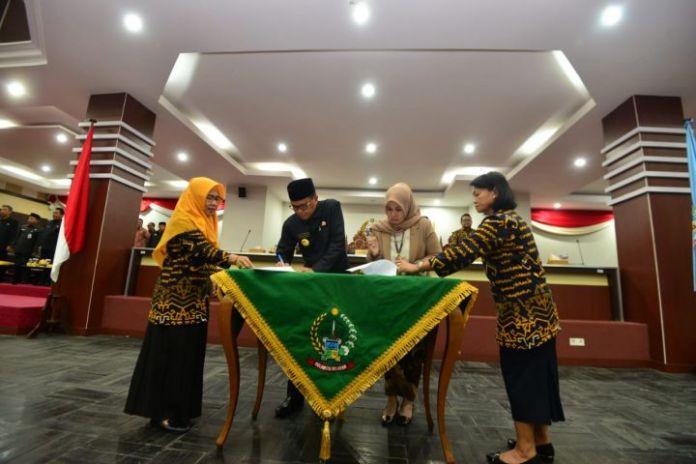 Gubernur Sulsel Nurdin Abdullah dan Ketua DPRD Andi Ina Kartika Teken Dua Ranperda. (BERITA.NEWS/Andi Khaerul).