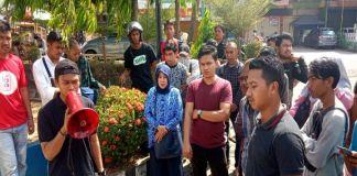 Sejumlah mahasiswa lakukan demonstrasi di depan Kantor PN Sungguminasa saat sidang Pembunuhan Dosen UNM, Wahyu Jayadi. (BERITA.NEWS/ACP).