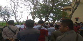 Warga desa Borong Loe saat menggelar aksi di depan Kantor PMD. (BERITA.NEWS/Saharuddin).