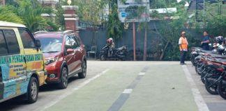 Parkiran di Disdukcapil berbayar. (BERITA.NEWS/H Aru).