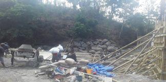 Proses pengerjaan jembatan di kampung Batu Ti'roa, Dusun Batu Langgaiya, Desa Bonto Bulaeng, kecamatan Sinoa, kabupaten Bantaeng. (BERITA.NEWS/Saharuddin)