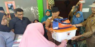 Penyerahan bantuan korban kebakaran oleh Bupati. (BERITA.NEWS/Dodo).