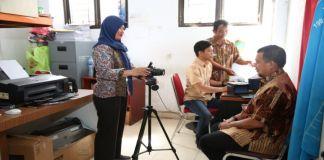 Pj Wali Kota Makassar, Iqbal Suhaeb saat melakukan foto E-KTP di Kecamatan Tamalate, Kamis (10/10/2019). (BERITA.NEWS/Ratih Sardianti Rosi).