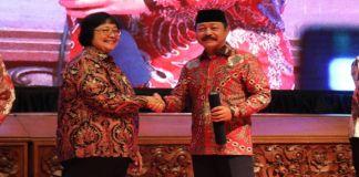 Wabup Gowa Abd Rauf Malaganni saat menerima langsung penghargaan dari Menteri Lingkungan Hidup dan Kehutanan, Siti Nurbaya Bakar. (BERITA.NEWS/Putri).