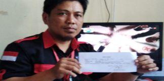 Ketua LSM BAKON Irwan Hasan Tiro memperlihatkan surat laporannya. (BERITA.NEWS/Abdul Kadir).
