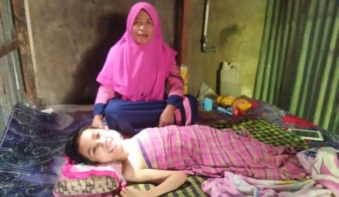 Uswatul Hasanah saat ditemui didampingi ibunya. (BERITA.NEWS/Zakaria).