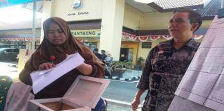 Panitia pelaksana membacakan perolehan suara di pilkades Bonto Karaeng di polrea Bantaeng. (BERITA.NEWS/Saharuddin).