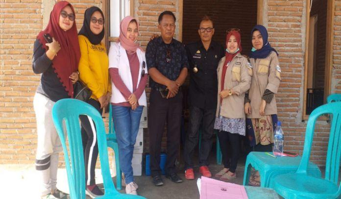 Plt Kepala Kelurahan Bontorannu Muslimin bersama tim Kesehatan Puskesmas Kecamatan Bangkala.(BERITA.NEWS/Muh Ilham).