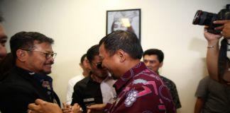 Pj Wali Kota Makassar Iqbal Suhaeb (Batik merah) bersalaman dengan Mentan Syahrul Yasin Limpo. (BERITA.NEWS/Ratih Sardianti Rosi).