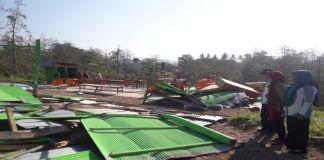 Kondisi MTs Nurul Al-ihsan yang hancur di hantam angin kencang. (BERITA.NEWS/Saharuddin).