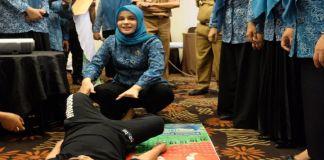 Priska Paramita Adnan memperagakan salah satu pencegahan stunting bagi anak. (BERITA.NEWS/Putri).