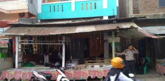 Personel Polsek Rappocini Makassar melakukan pengamanan di kediaman pelaku penganiayaan. (BERITA.NEWS/Abdul Kadir).