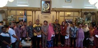 Foto bersama Gubernur Sulsel Nurdin Abdullah bersama penerima bantuan. (BERITA.NEWS/Andi Khaerul).