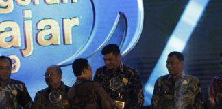 Bupati Gowa, Adnan Purichta Ichsan saat menerima langsung penghargaan Ki Hajar di Balai Kartini. (BERITA.NEWS/Putri).