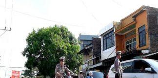 Petugas yang mengamankan sebuah sepeda motor yang terjaring operasi zebra. (BERITA.NEWS/Wahyu Adi Saputra).