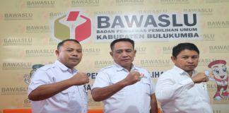 Ambo Radde Junaid, (tengah) ketua Bawaslu Bulukumba. (BERITA.NEWS/IL).