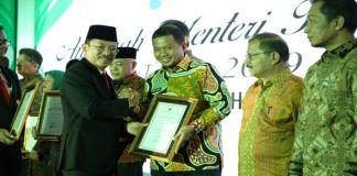 Menteri Kesehatan RI Terawan Agus Putranto menyerahkan penghargaan kepada Penjabat Wali Kota Makassar Iqbal Suhaeb. (BERITA.NEWS/Ratih Sardianti Rosi).